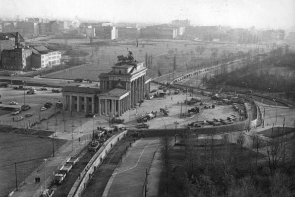 Зачем построили берлинскую стену
